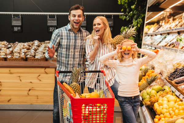 Famille heureuse enfant achat alimentaire épicerie supermarché Photo stock © deandrobot