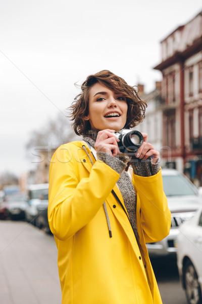 Káprázatos fiatal hölgy fotós fotó esőkabát Stock fotó © deandrobot
