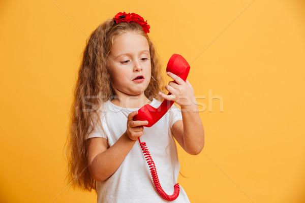 Confusi bella ragazza parlando telefono guardando Foto d'archivio © deandrobot