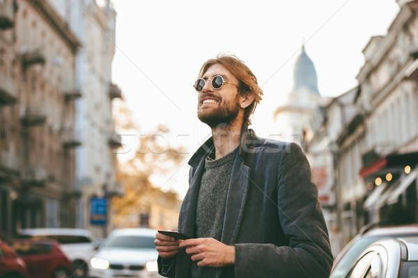 Porträt glücklich bärtigen Mann tragen Sonnenbrillen Stock foto © deandrobot