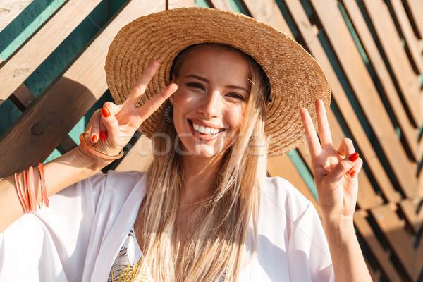портрет радостный красивая женщина 20-х годов соломенной шляпе Сток-фото © deandrobot