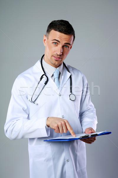 Mannelijke arts diagnose tonen grijs man Stockfoto © deandrobot