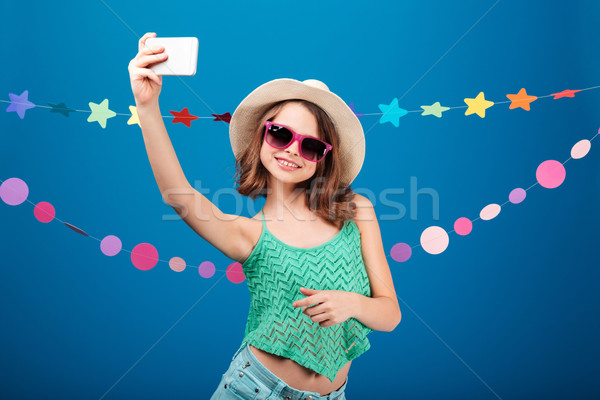 Cute verspielt kleines Mädchen Aufnahme Handy hat Stock foto © deandrobot