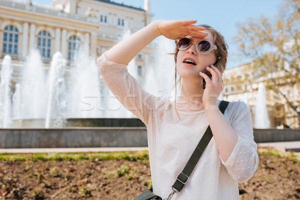 Stockfoto: Charmant · jonge · vrouw · zonnebril · praten · mobiele · telefoon · buitenshuis