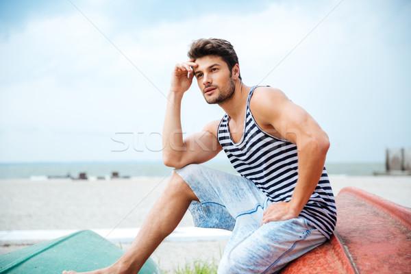 Peinzend man vergadering vissersboot zee jonge man Stockfoto © deandrobot