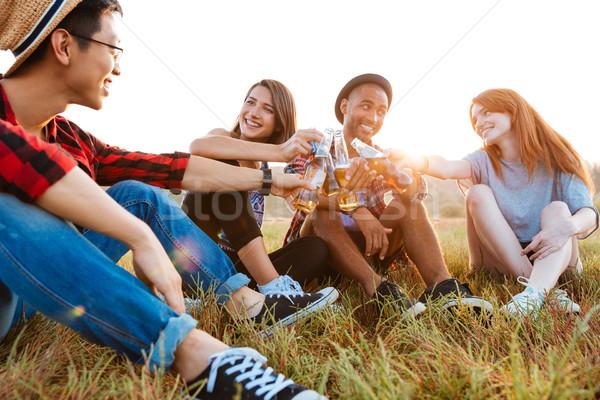 Foto stock: Grupo · alegre · jóvenes · cerveza · sosa · aire · libre