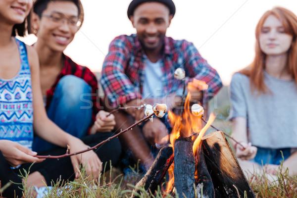 Vrolijk jongeren praten vreugdevuur buitenshuis Stockfoto © deandrobot