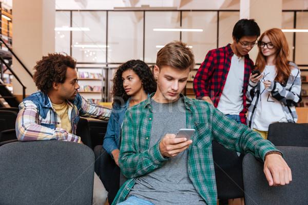 Foto stock: Homem · sessão · amigos · telefone · móvel · concentrado · moço