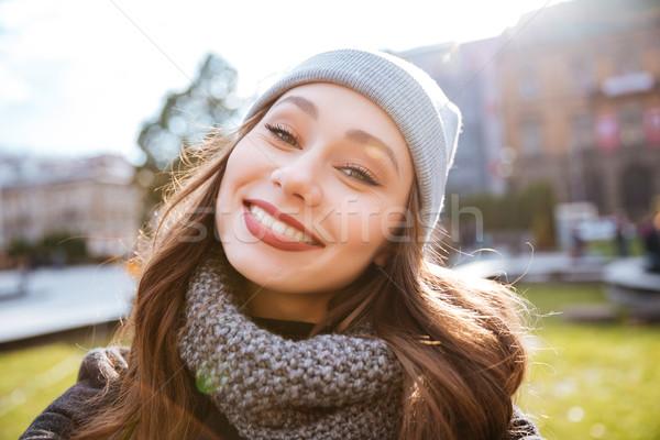 Lächelnd Mädchen Mantel Porträt Stock foto © deandrobot