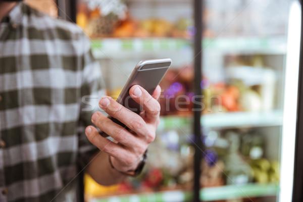 Cep telefonu kullanılmış adam bakkal alışveriş Stok fotoğraf © deandrobot