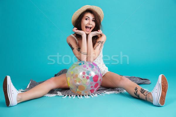 Portret podniecony lata dziewczyna posiedzenia koc Zdjęcia stock © deandrobot