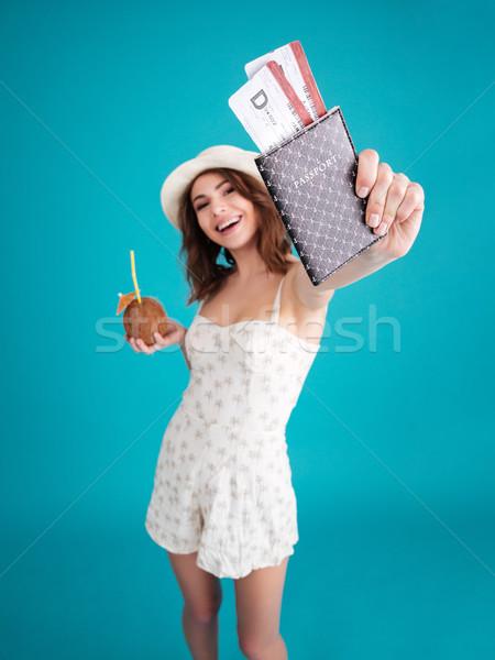 Dziewczyna podróżnik lata ubrania paszport Zdjęcia stock © deandrobot