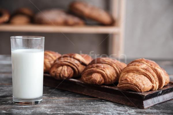 Croissants melk bakkerij afbeelding donkere houten tafel Stockfoto © deandrobot