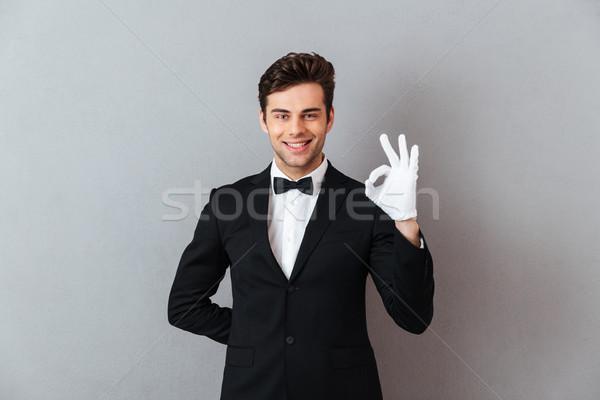 Mosolyog fiatal pincér mutat oké kézmozdulat Stock fotó © deandrobot