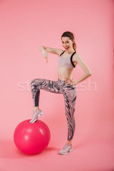Függőleges kép elégedett vicces sportoló pózol Stock fotó © deandrobot