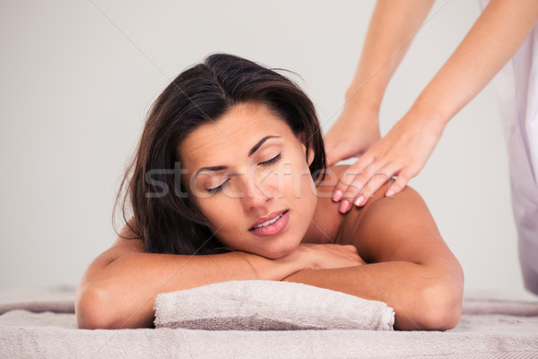 Masseur massage vrouw lichaam spa salon Stockfoto © deandrobot