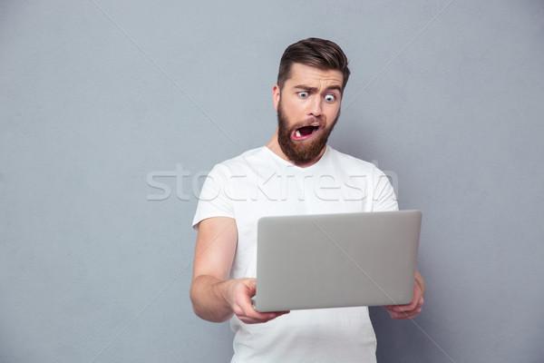 Homem estúpido caneca usando laptop retrato cinza Foto stock © deandrobot