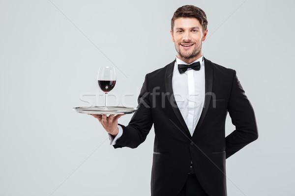 De ober permanente glas rode wijn dienblad Stockfoto © deandrobot