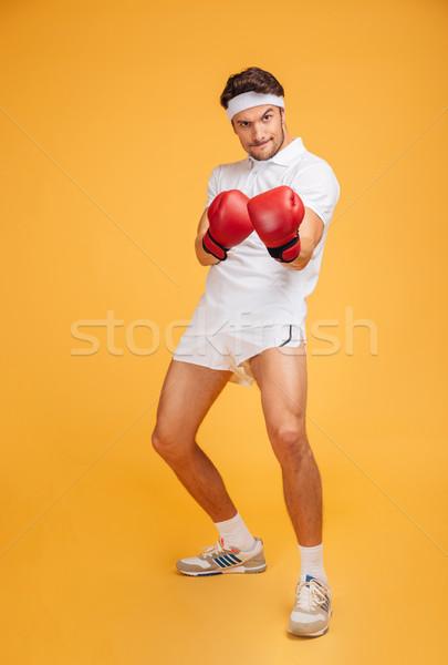 Moço boxeador em pé vermelho luvas Foto stock © deandrobot