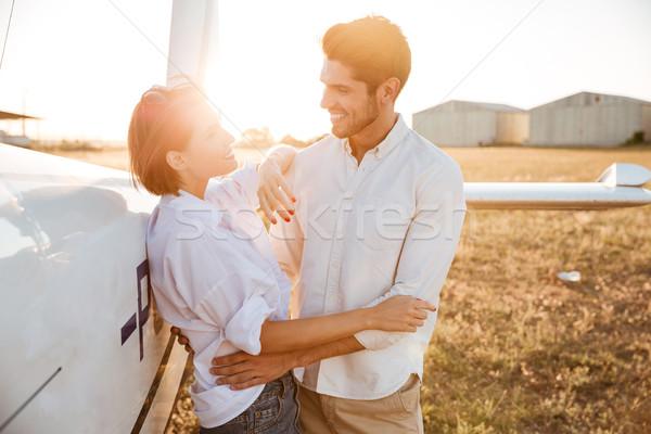 Gelukkig paar huwelijksreis permanente vliegtuig veld Stockfoto © deandrobot
