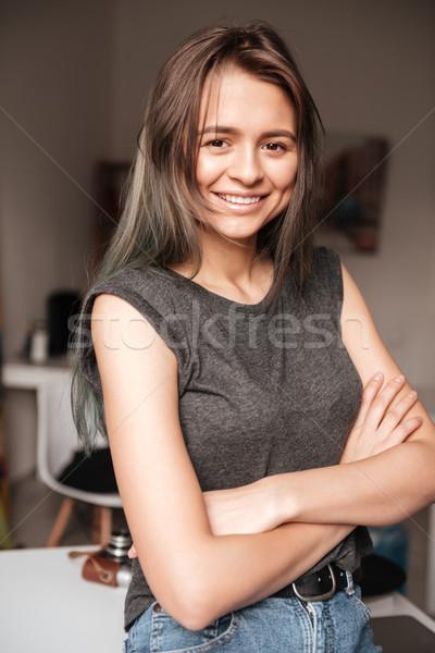 Gelukkig vrouw permanente handen gevouwen mooie Stockfoto © deandrobot