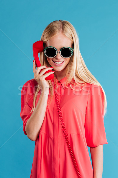 Stock fotó: Derűs · mosolyog · lány · vörös · ruha · beszél · retro