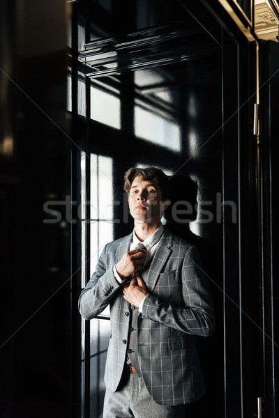 Guapo exitoso hombre de negocios traje empate posando Foto stock © deandrobot