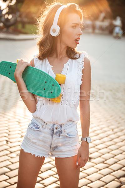 Zdumiewający młoda kobieta deskorolka odkryty zdjęcie Zdjęcia stock © deandrobot