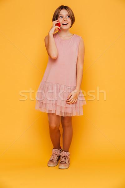 Shot ragazza guardando parlando smartphone isolato Foto d'archivio © deandrobot