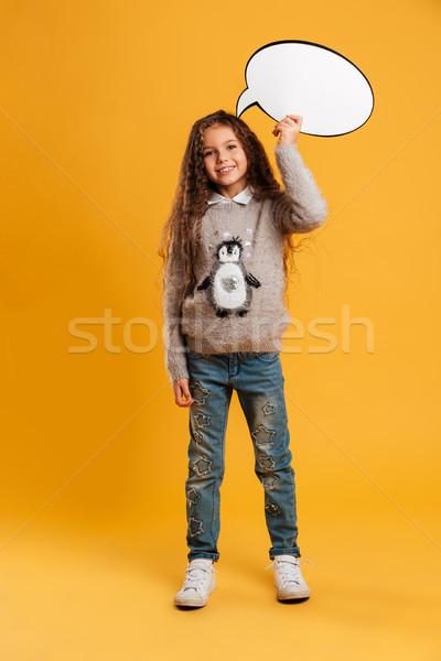 Derűs kislány gyermek tart szövegbuborék néz Stock fotó © deandrobot