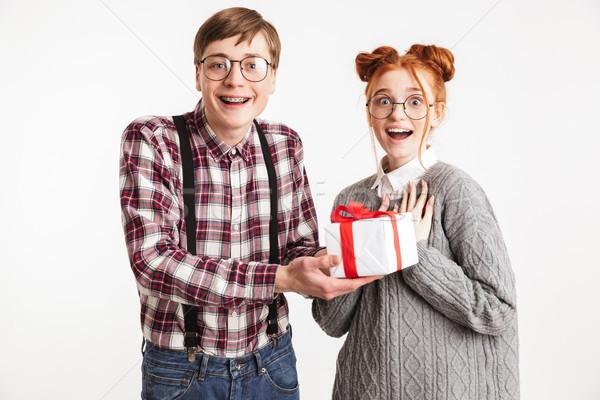 Animado casal escolas apresentar caixa isolado Foto stock © deandrobot