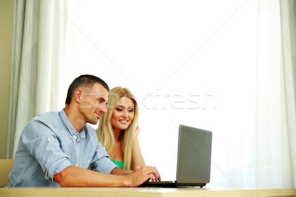 Stok fotoğraf: Mutlu · çift · dizüstü · bilgisayar · kullanıyorsanız · birlikte · ev · bilgisayar