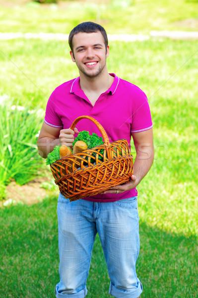 Człowiek owoce warzyw ogród gotowy piknik Zdjęcia stock © deandrobot