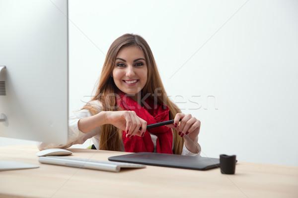 Mutlu kadın fotoğraf tasarımcı çalışma işyeri Stok fotoğraf © deandrobot