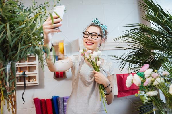 Felice donna fiorista smartphone Foto d'archivio © deandrobot