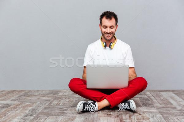 ストックフォト: 幸せ · カジュアル · 男 · ラップトップを使用して · 座って · 階