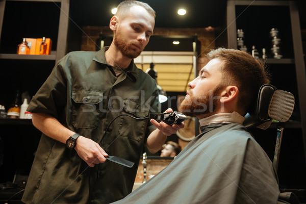 Fiatalember szakáll frizura kép fodrász ül Stock fotó © deandrobot
