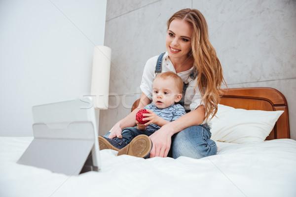 Mujer sesión hijo viendo tableta Foto stock © deandrobot