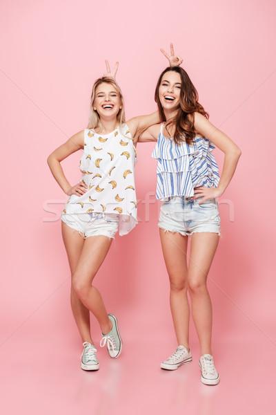 Kettő boldog gyönyörű fiatal nők viccelődés szórakozás Stock fotó © deandrobot