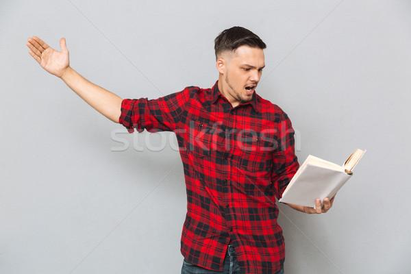 Geconcentreerde man boek Rood shirt studio Stockfoto © deandrobot