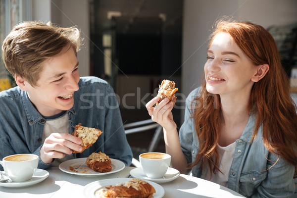 Bastante casal alimentação café risonho estudantes Foto stock © deandrobot