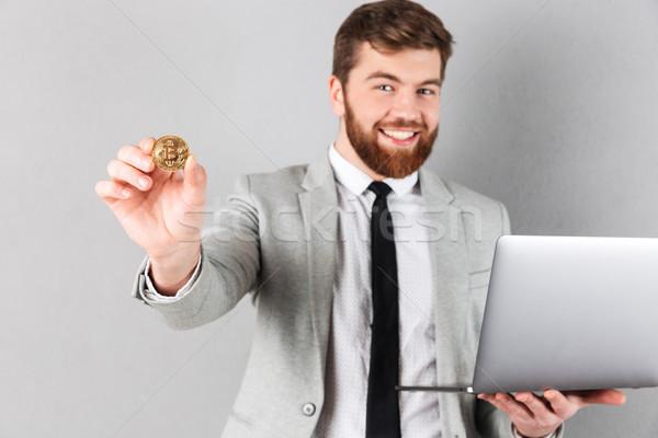 Portret gelukkig zakenman tonen bitcoin Stockfoto © deandrobot
