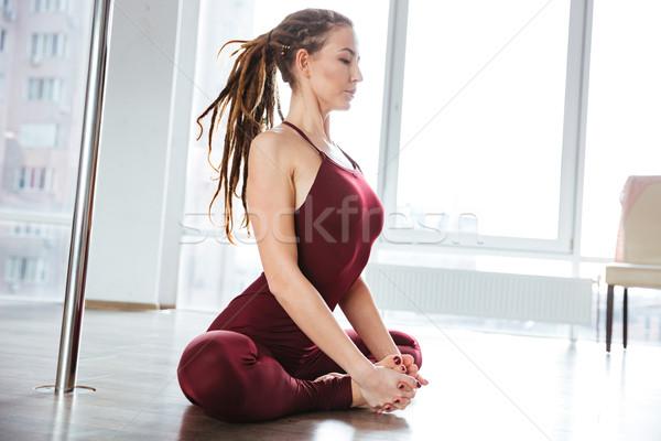 Koncentruje pretty woman jogi studio dość młoda kobieta Zdjęcia stock © deandrobot