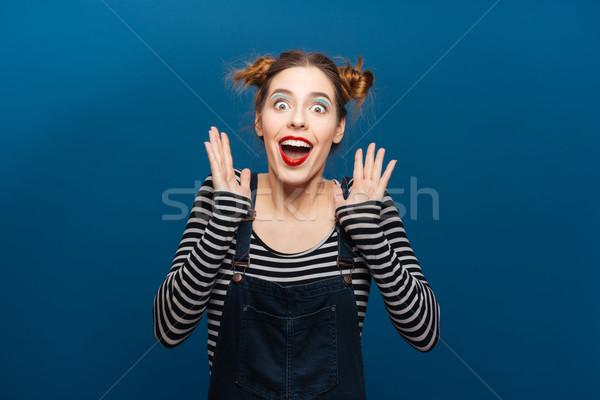 Verwonderd blijde jonge vrouw glimlachend Blauw Stockfoto © deandrobot