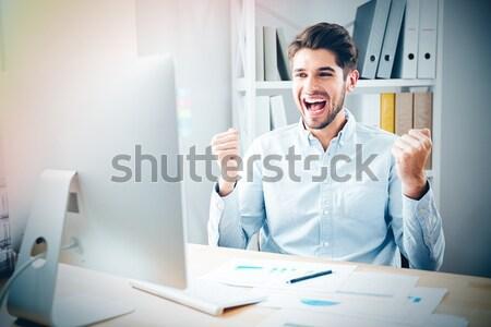 Boos zakenman vergadering papier werkplek gek Stockfoto © deandrobot