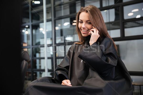 Vrouw praten smartphone kapsalon gelukkig jonge vrouw Stockfoto © deandrobot
