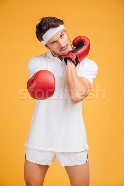 Agressif jeune homme boxeur rouge gants up Photo stock © deandrobot