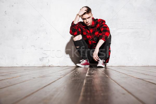 Hipszter póló pózol ül néz kamera Stock fotó © deandrobot