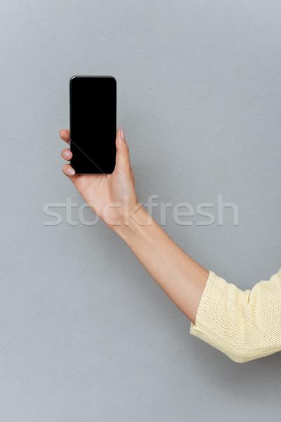 Fotó kéz nő mutat okostelefon képernyő Stock fotó © deandrobot