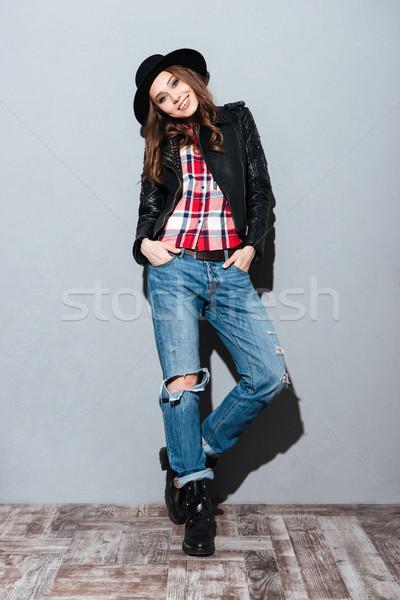 Retrato bastante mujer sonriente sombrero chaqueta de cuero Foto stock © deandrobot